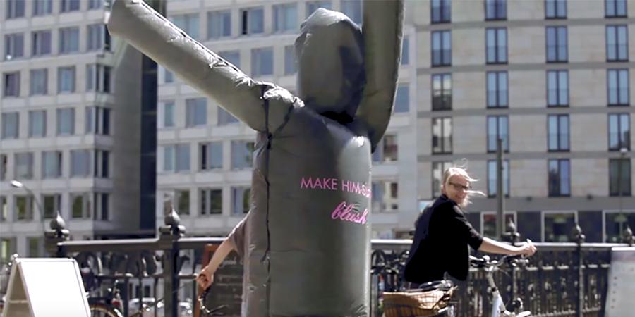 Street Marketing : une marque de lingerie fait sa pub avec des sacs poubelles !