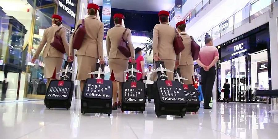 Les hôtesses de Fly Emirates enflamment un stade de foot
