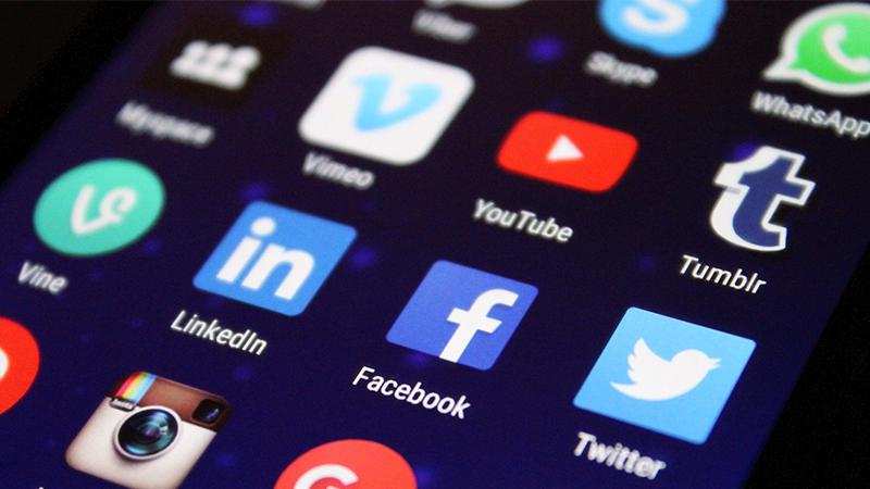 Réseaux sociaux : fake news et deepfake dans le collimateur
